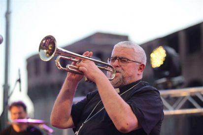 Multitudinario concierto del 'obispo rock' y su grupo de música en Italia
