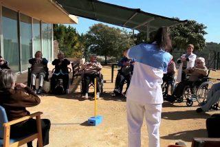 Abuela de 74 años escapa de su residencia, hace un 'sinpa' en el taxi en el que huyó y acaba en el hospital