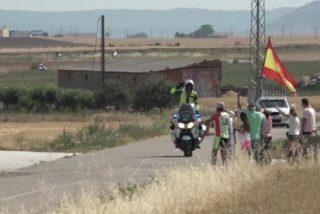 La reacción de un motorista de la Guardia Civil al ver en la cuneta una bandera de España revoluciona las redes