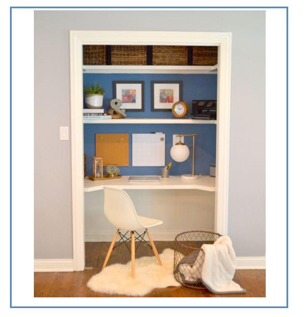 escritorio en un armario para aprovechar el espacio