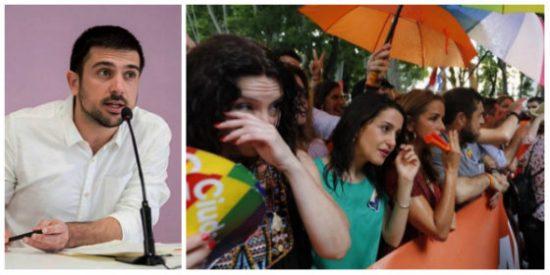 Ramón Espinar llega tarde y mal a lo del Orgullo Gay: acusa a Ciudadanos de montar un drama y en Twitter le meten un buen botellazo...de Coca Cola