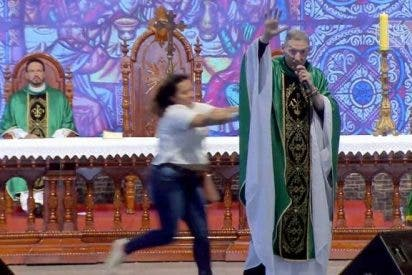 Una mujer agrede a un conocido sacerdote brasileño en plena misa