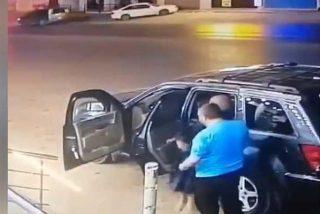 Un padre ayuda a su hija a bajarse del coche antes de ser embestida por otro vehículo