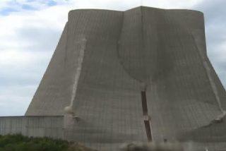 Impactantes imágenes de la demolición de la torre de enfriamiento de una central nuclear alemana