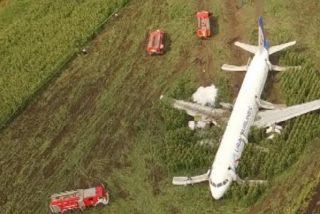 Un dron graba el lugar del increible aterrizaje de emergencia del Airbus con más de 200 personas en Moscú