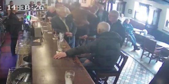 """El """"flipado"""" de Conor McGregor la lía parda al pegar un brutal puñetazo a un hombre que rechazó su invitación a tomar una copa"""