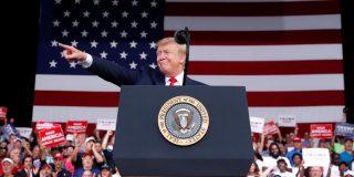 Trump se ríe descaradamente del sobrepeso de un orondo manifestante antes de ser expulsado violentamente de un mitin