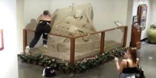 Millennial adolescente haciendo payasadas destruye una escultura de arena en un hotel de Hawái