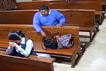 Un herético y feo ladronzuelo roba la cartera a una mujer en plena oración en una iglesia