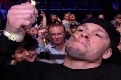 """El luchador de la UFC Nate Díaz se fuma este super porro de marihuana antes de su combate y lo """"rula"""" con sus enloquecidos fans"""