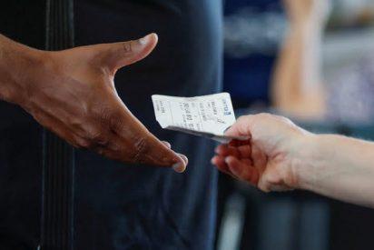 Le dan la patada a una iracunda trabajadora del aeropuerto de Greater Rochester por entregar una nota con un mensaje llamando feo a un pasajero