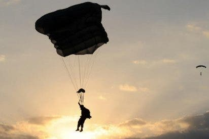 Dramáticas imágenes de la horrible muerte de un paracaidista militar tras chocar violentamente contra un techo