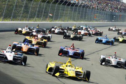 Espectacular choque masivo de vehículos monoplaza en el inicio de una carrera de la IndyCar