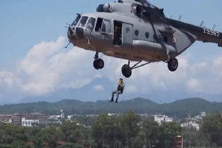 """Operativo aéreo con """"las botas bien puestas"""" salva a cuatro pescadores atrapados en medio de un diabólico río"""