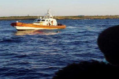 """Inmigrantes del Open Arms se lanzan desesperadamente al agua para intentar llegar al """"paraiso"""" de Lampedusa"""