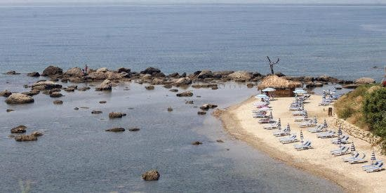 Turistas españoles se quejan de la intragable comida en un restaurante albanés y el dueño enloquecido se cuelga de su coche en marcha