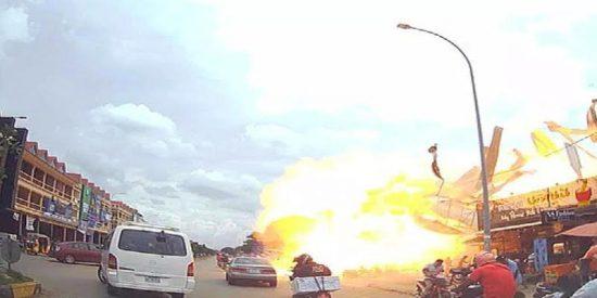 Una aparatosa explosión en una gasolinera camboyana se salda con trece heridos