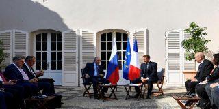 """El comunista Putin agradece a Macron por """"ponerse cara al sol"""" y cederle una silla a la sombrita"""