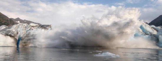 Sorprendidos kayakistas graban el espectacular colapso de un glaciar en Alaska