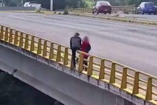 Una mujer obra el milagro e impide que un desconocido se arroje por un puente
