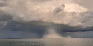 Una enorme nube en forma de hongo atómico sorprende a los bañistas del lago Balatón en Hungría
