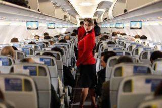 Una azafata se mete en el compartimiento de equipajes de un avión para hacer reír a los pasajeros