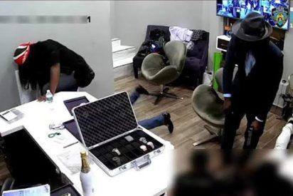 Buscan a estos delincuentes que atracaron espectacularmente una joyería de New York