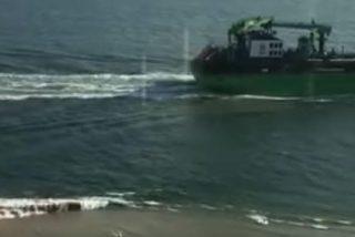 Gran ola provocada por un barco hace huir por patas a unos turistas de esta playa