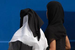 Pillan a estas dos musulmanas robando en un centro comercial, escondiendo lo robado bajo su vestimenta, y pasa esto...