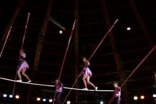 Momento en en el que una acróbata cae al vacío durante una peligrosa actuación en España