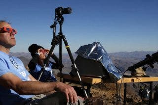 Un obstinado fotógrafo se prepara durante dos años para tomar la increible imagen de un eclipse sola