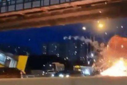 Otro Tesla arde en llamas tras estrellarse contra un remolque en Moscú