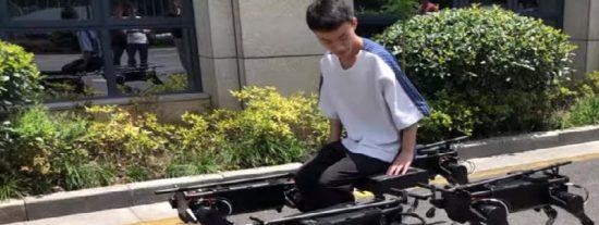 Un pequeño ejército de robots cuadrúpedos logra cargar a un humano tirar de una minivan