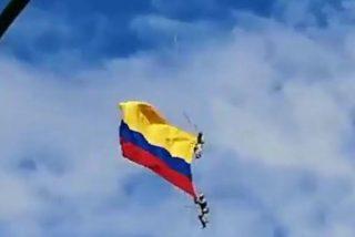 Mortal caída de dos militares colombianos suspendidos de un helicóptero en un desfile