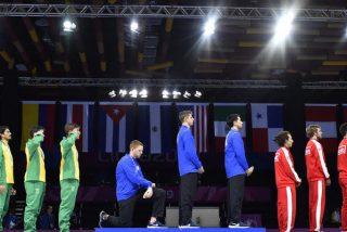 Medallista estadounidense se arrodilla desafiante durante el himno nacional en protesta contra Trump por sus políticas