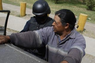 Joven es brutalmente apaleado por miembros del Cartel de Sinaloa tras arrancar la decoración de un parador turístico