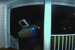 """""""Hombre con cabeza-tele"""" deja regalos en las puertas de casas estadounidenses con nocturnidad y alevosía"""
