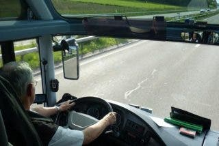 Terrible vídeo de un irresponsable conductor leyendo al volante de un autobús de turistas