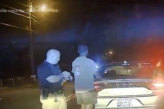"""Policías estadounidenses arrestan a un deportista negro tras confundir """"caca"""" de pájaro con cocaína"""