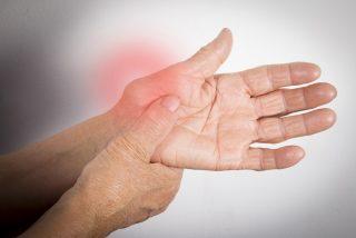 ¿Tienes artritis? Estos ejercicios de yoga pueden aliviarte