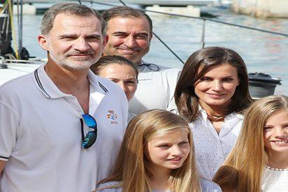 Besos reales y primer posado veraniego, de la Familia Real en Mallorca