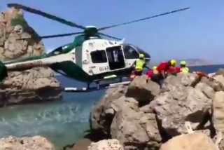 Vídeo: un grupo de guardia civiles se juega la vida para rescatar de la muerte a una niña de 8 años