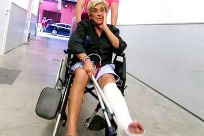 Chelo Garcia Cortes sale del hospital en silla de ruedas y con 28 puntos de sutura en la pierna