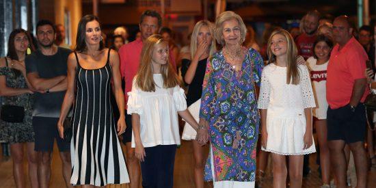 La Reina Letizia de rayas se escapa con Doña Sofía y las Infanta para ver 'El lago de los cisnes'