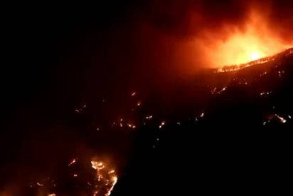 """El fuego sigue sin control en Gran Canaria y obliga a evacuar a 9.000 personas en una """"catástrofe ambiental sin precedentes"""""""