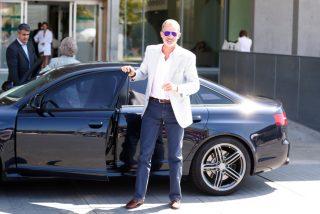 El Rey Felipe acude al hospital a ver a Don Juan Carlos conduciendo su coche y con la Reina Sofía de copiloto