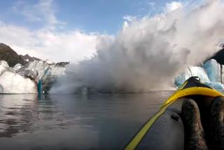 """Graban el instante en el que un glaciar colapsa sobre su kayak: """"Estamos vivos de milagro"""""""