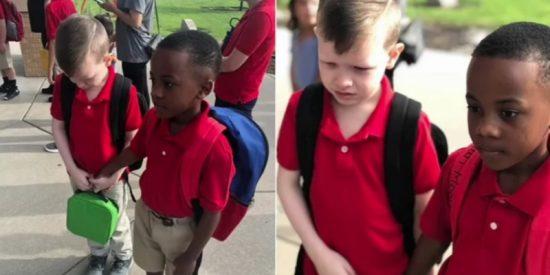 La imagen de un niño de 8 años consolando a otro con autismo el primer día de clase que te parte el alma