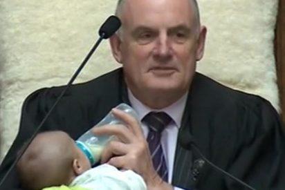 El presidente del parlamento de Nueva Zelanda da el biberón al bebé de un diputado durante el pleno