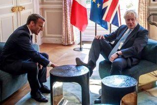 La historia secreta de la imagen de Boris Johnson con los pies en la mesa del presidente Macron